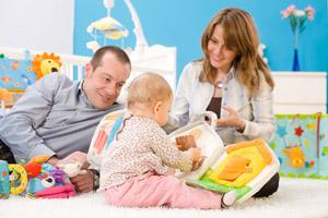 familia jugando con su bebé